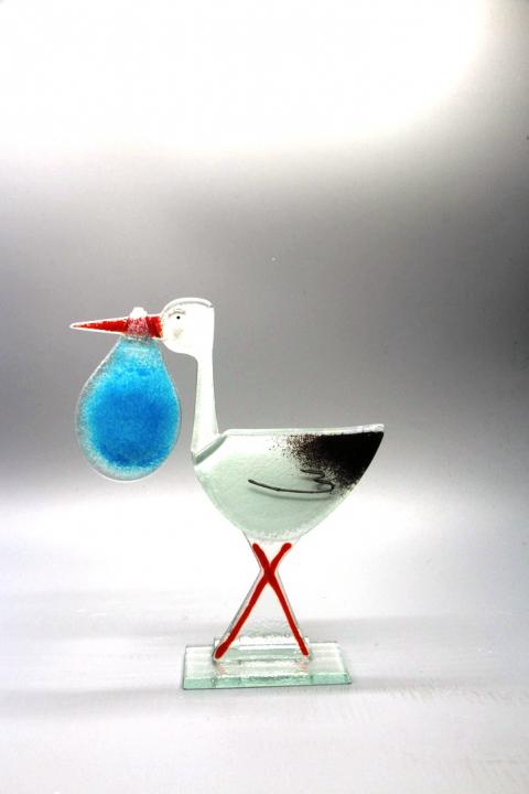 Storch mit blauem Beutel