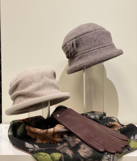 Damen Hüte von SEEBERGER und Lederhandschuhe von ROECKL